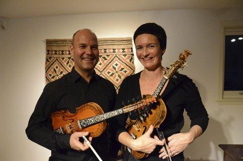 Frank Rolland og Åse Teigland hadde felles konsert  på folkemusikkscena på Utne i 2014.