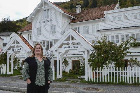 Ny og  sterk hotell-eigar: Margaret Hystad tok formelt over Utne hotel tysdag denne veka. Ho gler seg til å vidareutvikla hotellet og til å ta vare på kulturarven. Ho ser formidling av den som ei vikitg oppgåve. Foto: Mette Bleken