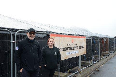 Det store teltet på kaia foran Smeltehuset er på plass. F.v. Tom-Jøran Johnsen (daglig leder) og Linn Karlsson (assisterende daglig leder) ved Smeltehuset.