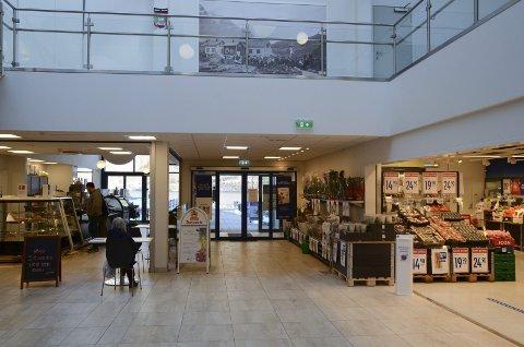Åpent som normalt: Slik så det ut på Odda Kjøpesenter mandag ettermiddag, der kafeen var åpen som vanlig. – Kjøpesentre dreier seg om enkeltstående butikker med en organisert senterledelse. Noe slikt har vi ikke i Odda, sier Inge Lægreid. Begge foto: Ernst Olsen