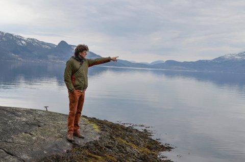 Bedriftseigar Sverre Stakkestad er ein av dei som er kritiske til planane om oppdrettsanlegg. Her står han i fjøra på Mælen. 500 meter herfra har Eide fjordbruk søkt om å etablera eit oppdrettsanlegg med åtte merder.