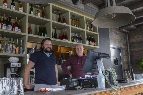 Restaurant: Siderhuset Ola K på Nå har i sommar vore ein populær destinasjon for både lokale og turistar. Det tidlegare handelshuset er totalrenovert, og opna i mai i år. Her er kokk Nils Andris Hamre saman med Bjørn Johnsson. Foto: Mette Bleken