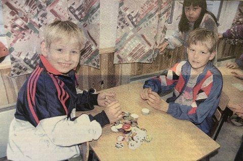 Pogs: Geir Terje Hartvei Hansen (t.v.) og Petter Veland spiller pogs. Fra HF 23. september 1996.