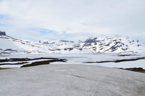 Det er fortsatt mye snø i fjellet. Dette bildet fra Ståvatn viser at det fortsatt er is på vatnet den 22. juni.