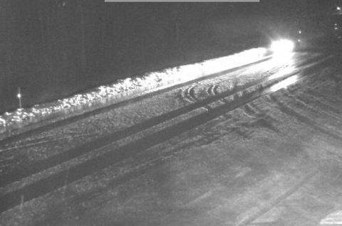 Det har lagt seg snø i veibanen på Seljestad. Det førte til at et vogntog fikk problemer i ettermiddag.