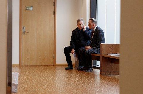 PAUSEPRAT: Forsvarer Knut Magnus Haavik og politiadvokat Thor Buberg venter på kjennelsen.