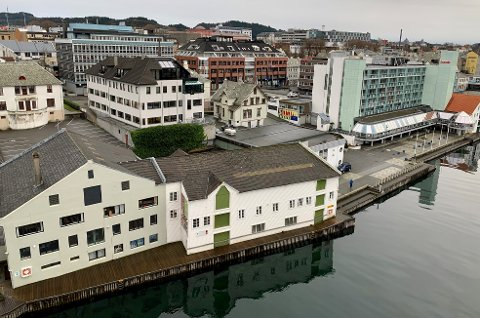 NEI: Caiano planlegger å rive byggene langs sundet, mellom Risøy bru og hotellet. Og erstatte dem med kontor- og næringsbygg. Planforslaget har vært på høring. Fylkespolitikerne sier ja til riving. Riksantikvaren sier nei.
