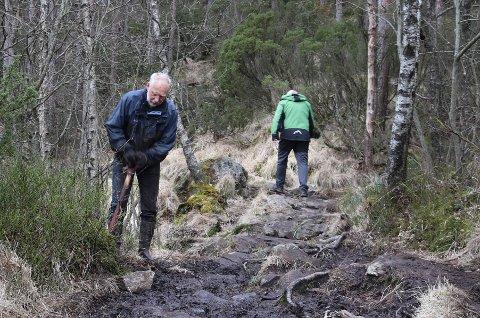 LØYPE: Alfred Slogvik (t.v.) og turgåer Lars Olav Grunnevåg.