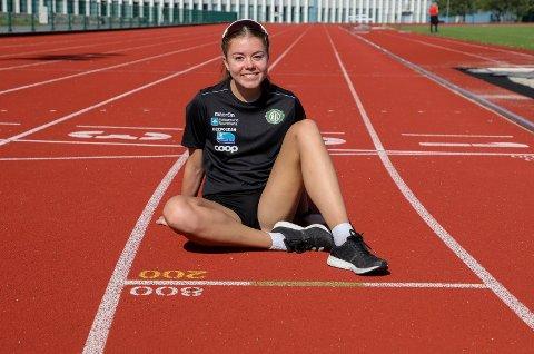 FORETREKKER REGN: Vilde Våge Henriksen trives i solen på Haugesund friidrettsstadion. Men på grunn av pollenallergi løper hun fortere i regnvær.