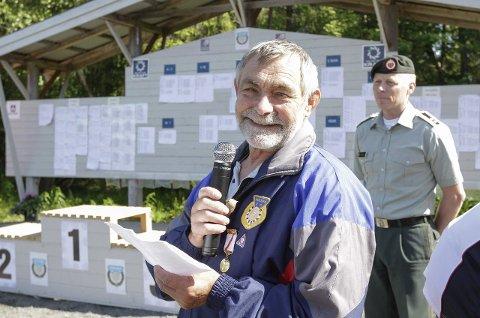 Avslutning: Stevneleder Gunnbjørn Fagervik klarte å fokusere på begge arbeidsoppgavene i helga, og vant baneskytingen. Bak ser vi stevnepresident Ove M. Ranum fra HV-14.