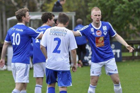 NESTEN TABELLTOPP FOR MIL: Det ble nesten tabelltopp for Eirik Høgseth (nr 10) som her blir gratulert av Markus Brandth etter sine scoringer i kampen mot Junkeren. Det ble uavgjort 2-2 og begge lagene er sikret spill i den nye 3. divisjon. FOTO: MORTEN KLAUSSEN