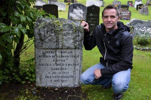 Engasjert: Oskar Fagervik ble tidlig opptatt av krigen. Farfar hans var en av dem som gikk i det lange felttoget fra Snåsa til Narvik i 1940. Her ved graven til krigshelten Birger Sjøberg. Bilder: Toril Risholm