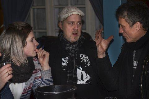 DISKUSJONER: Lene Klaussen Bolstad, Odd Arne Eiterjord og Stig Baadstø Nilsen diskuterer smak. Foto: Kjell Arne Jørgensen