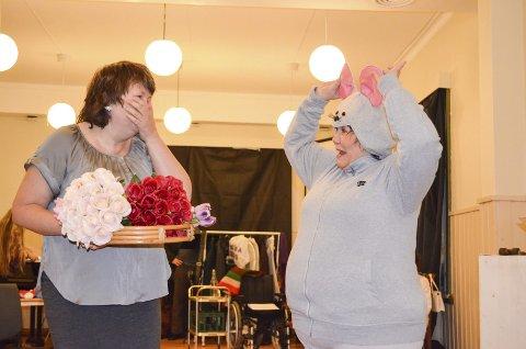 Mye humor: Eva Jørgensen ler av Lise Hagfors som i en scene plutselig dukker opp i en musedrakt. Foto: Lise Nilsen