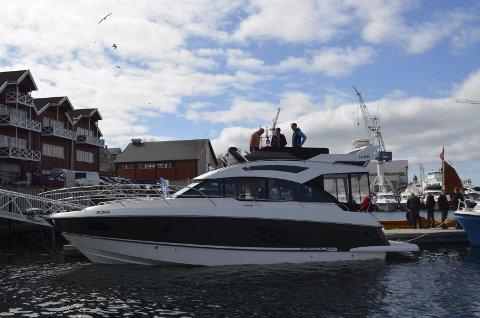 Til salgs: Hans Ivar Meyer viser frem toppetasjen på båten han selger til interesserte besøkende ombord.Foto: Lise Janette Nilsen