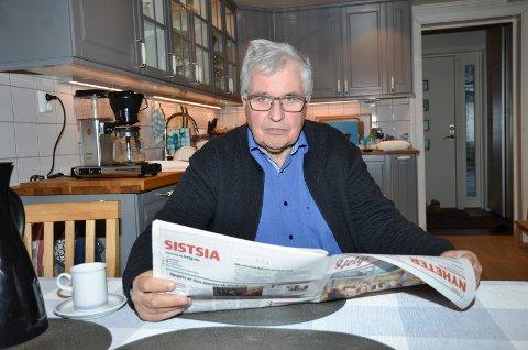 AVIS: Eilert Hatten som selv bor ved Ømmervatn, mener at avisa er selve limet i et lokalsamfunn. Ingen er tjent med at posten, og dermed avisa, bare skal bli levert to ganger i uka i 2020 - hvis det nye postforslaget går igjennom. Han minner om at mange ennå ikke har nettforbindelse og at mange eldre heller ikke vet å bruke nettet.
