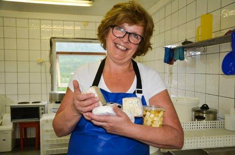 Siri Stabbforsmo fra Strandli gård har all grunn til å smile. Hun har en ost inne til fast salg, og en til er på tur.