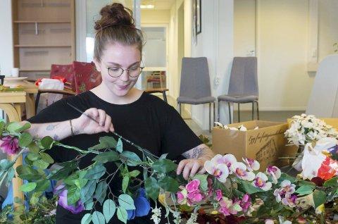 DUGNAD: Sarah Aakerøy Johansen tvinner blomster. Foto: John Christian Nygaard