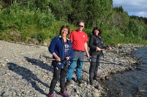 TRE KANDIDATER: Sølvi Andersen (til venstre) er Ap sin ordførerkandidat i Hattfjelldal, Rune Krutå er ordførerkandidaten fra Vefsn og så Åse Granmo fra Grane.  De fikk alle prøve seg på laksefiske i Eiterstraumen.
