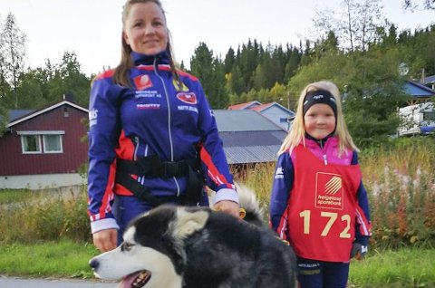 FIRBEINTE: Ida Mari Bråten og Olivia Bråten-Langli (6) hadde med seg hunden Nanok på gateløp.