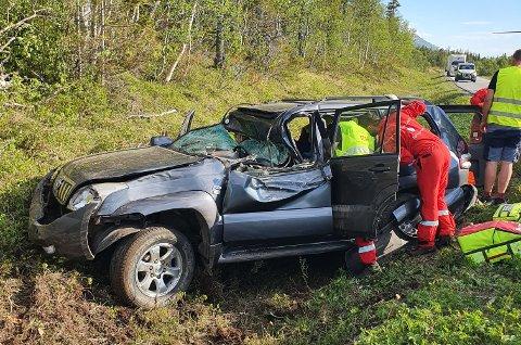 ALVORLIG ULYKKE: Både brannvesenet og helsepersonell jobbet effektivt på stedet for å få frigjort de involverte i trafikkulykken.