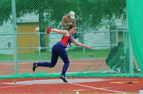 GOD: Guro Martine Brøndbo Dahl (17) fra Hattfjelldal hadde god grunn til  være fornøyd med helgas prestasjoner i junior-NM i friidrett.