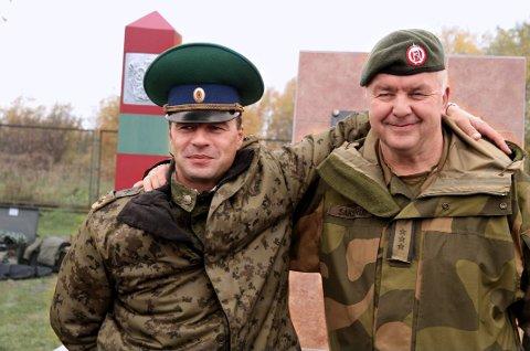 Daværende grensekommisær Ivar Sakserud med sin russiske kollega Vitalij Mikhailov under en felles øvelse høsten 2013.