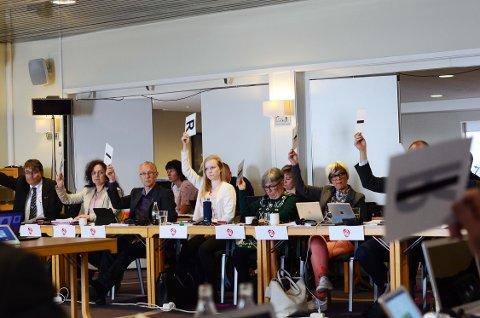 SPLITTET: Et splittet Arbeiderparti får juling i ny meningsmåling. Redaktør Arne Reginiussen setter dette i sammenheng med fylkessammenslåingen og Nordkapp-saken.