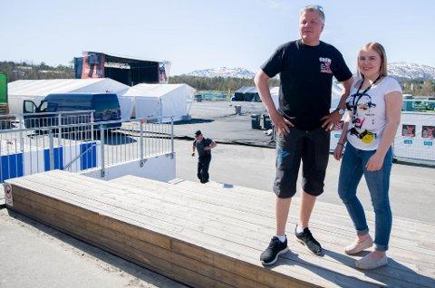 ROLIG FØR START: Stig Anton Eliassen og datter Yvonne Wirkola er rolige før siste innspurt av opprigginga.