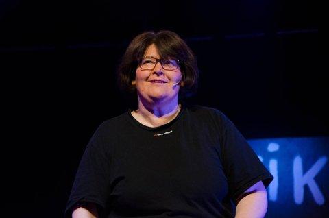 Revysjef Gro Helene Sørensen var i en bilulykke i november. Nå blir premieren utsatt til september. Her fra Talvikrevyen 2018.