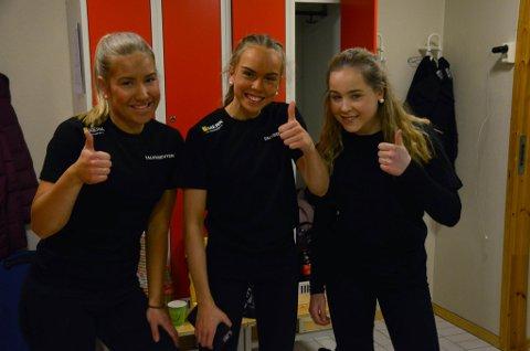 NERVØS: Elise Nilsen Barbo, Victoria Håkonsen og Marie Kjellmann. Kjellmann var scene-assisten og kunne fortelle at det var fullt kjør bak scenen. Barbo og Håkonsen forteller at de syntes det var utrolig gøy på scenen.