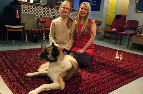 OPPTRER MED HUNDEN: Liv Hanne Haugen opptrer med hunden Hera på Jernteppet fredag. Søster  Anne Katrine Haugen opptrer på Arktisk Kultursenter og tar publikum med ut på kaia.