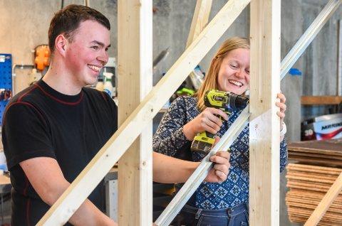 BYGGER SELV: Uten særlig med byggeerfaring fra før, bygger kjæresteparet nå sitt første hjem sammen.