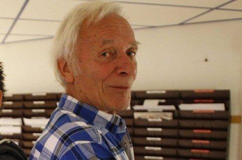LÆREMÅTE: Håkon Hellandsjø (82) har en egen læremetode. - Elevene synes det er moro og det gir også meg mye, sier han.