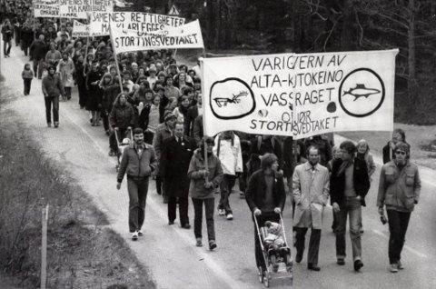 1980: Her blir Ole Giæver som 2-åring trillet av faren Terje Ferdinand Olsen i et demonstrasjonstog i Alta i 1980.