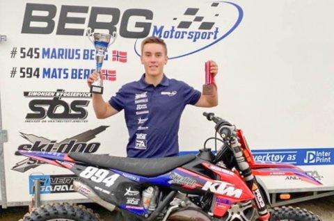 FORNØYD: Mats Berg (17) viser at det er mulig å bo i Finnmark og samtidig konkurrere med de beste i motocross.