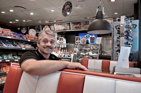 """NY JOBB: Erling Spets Fossum Erling Spets Fossum er ansatt som daglig leder ved Moan Stasjonsdrift AS. Han har eid og drevet bensinstasjonen Levanger Autoservice, som også er kalt """"Shell 7-Eleven"""" i mange år."""