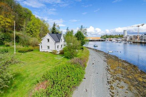 SOLGT: Denne boligen med nær to mål tomt ved Levangersundet ble solgt torsdag.