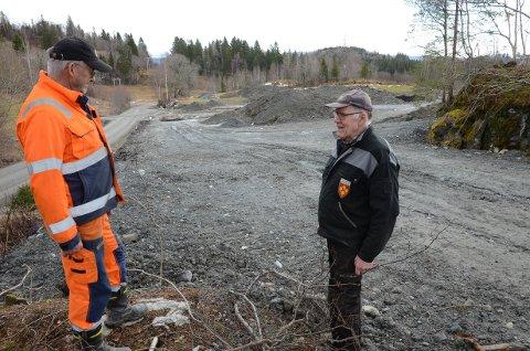 NYTT ÅKERLAND: Einar Farbu (t.v.) og Svein Gran skuer ut over massedeponiet som etter hvert blir  forvandlet fra bergnabber og jøssmyr til verdifullt åkerland.  En fornuftig bruk av overskuddsmasse,  er de enige om.