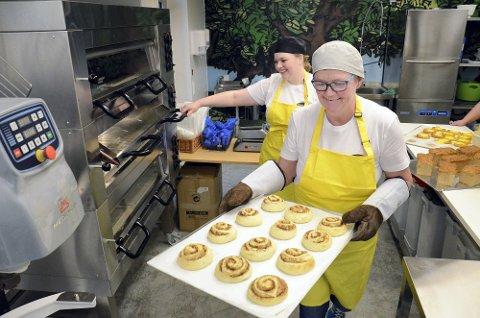 GLUTENFRI:  Nettopp glutenfri bakst er blitt et av kjennemerkene til Marens bakeri. I 2020 åpnet de et eget produksjonslokale for glutenfri bakst og har mye godt å friste med for den som ønsker slike produkter, både i brød og kaker.Eva Herstad (foran) og Inger Petina Skavdal forbereder dagens bakst