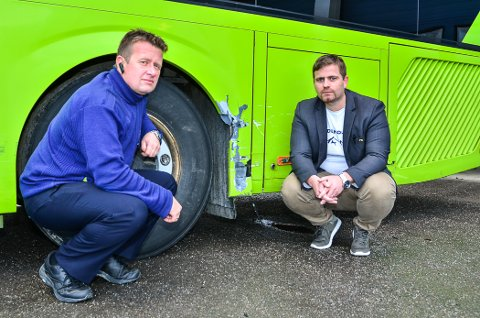 PÅKJØRT: En buss ble påkjørt av en privatbil. Sjåføren av privatbilen stakk fra stedet. Assisterende avdelingsleder John Terje Jensrud (t.v.) ved Nettbuss Bjørkelangen og avdelingsleder Jon Arne Bergersen.