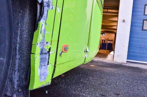 PÅKJØRT: En buss ble påkjørt av en privatbil. Sjåføren av privatbilen stakk fra stedet.