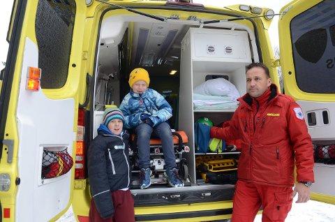 Mye innhold: Brødrene Trond André (8) og Hans Christian (7) Jøraas fra Løken er interessert i alt hva en ambulanse inneholder av utstyr. Per-Johnny Kohlstrunk har gode svar.