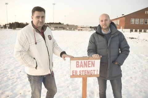 ILDSJELER PÅ BAR BAKKE: Christian Bjarkum (t.v.) og Knut Rognhaug i AFSKs skøytegruppe sliter med å få laget skøyteis i vinter.