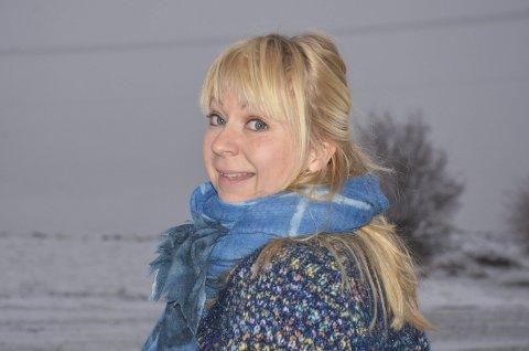 Årets hølending: – 15 år i by'n var nok, sier Elin Glende, som av sambygdingene ble kåret til årets hølending tidligere i vinter. Høland idretts- og ungdomslag arrangerer kåringen hvert år, og i begrunnelsen for å nominere henne het det blant annet at «Elin viser at det kulturelle livet lever godt i Høland».Begge foto: Anne Enger Mjåland
