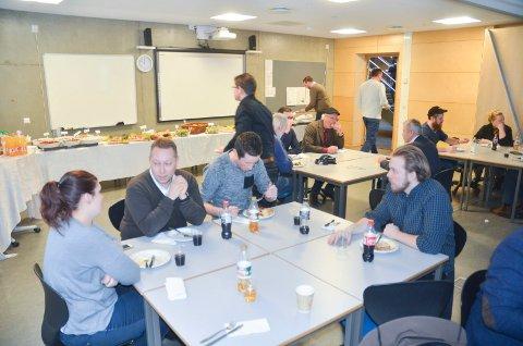 ENGASJERTE: Ida Miliansen, SIgmund Lindvik og Kristoffer Øisjøfoss (t.h.) fikk servert tapas til lunsj servert av Kjelle videregående skoles elever.