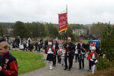 Ett to, ett to: I marsjtakt på vei tilbake fra Løken kirke med fanebærer Trond Granerud og duskebærerne Rebekka Grønlund og Hanna Dunvoll i spissen.