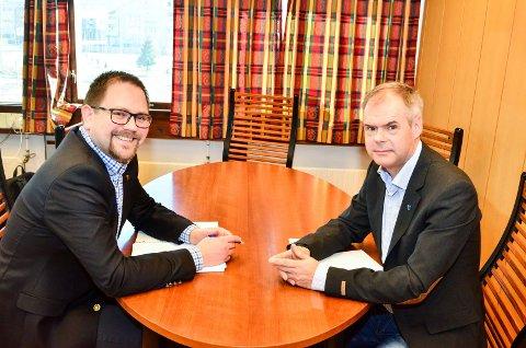 FÅR PENGER: Ordfører Roger Evjen i Aurskog-Høland (t.v.) og Thor Håkon Ramberg i Rømskog.