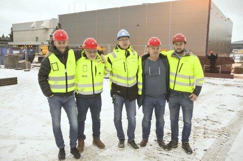 KLUBBHUSET REISER SEG: Ole Tom Nordby (t.v.), Kjell Roar Nygård, Rune Johannesen, Per Ottar Bjerkely og Andreas Grepperud i BSFs prosjektgruppe for nytt klubbhus har stålkontroll. FOTO: ROGER ØDEGÅRD