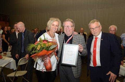 VELFORTJENT: En smilende Rune J. Grahn gratuleres som æresmedlem i Bjørkelangen Sportsforening av leder i sportsforeningen Jane Karin Helbostad og daglig leder Kjell Roar Nygård.